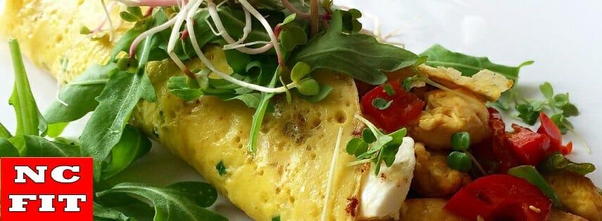Gevulde ei-wrap met kip en verse groenten